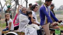 ভ্যানে চড়লেন প্রধানমন্ত্রী শেখ হাসিনা