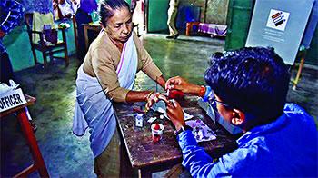 দিল্লির মসনদ দখলে ইভিএম বিভ্রাট, দু'জনের মৃত্যু