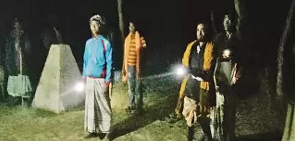 ভারতীয়দের অবৈধ অনুপ্রবেশ ঠেকাতে রাত জেগে পাহারা দিচ্ছেন গ্রামবাসী